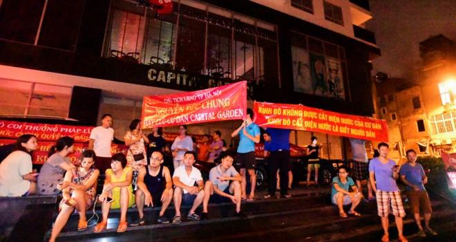 Bị cắt điện nước, cư dân căng băng rôn phản đối Kinh Đô lúc nửa đêm