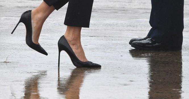 Đệ nhất phu nhân Mỹ bị chế nhạo khi mặc giày cao gót đi thăm vùng bão