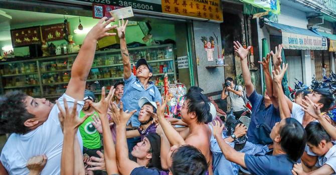 Ném hơn chục triệu đồng tiền lẻ cúng cô hồn ở Sài Gòn