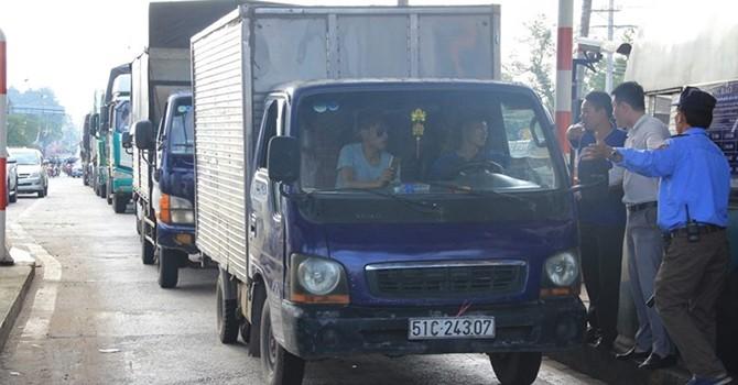 Trạm thu phí BOT đường tránh Biên Hòa phải xả trạm lần 2 vì...tiền lẻ