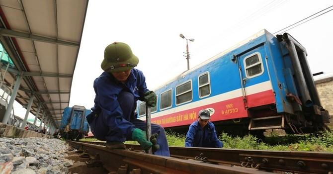 Công nhân đường sắt thi nhau bỏ việc