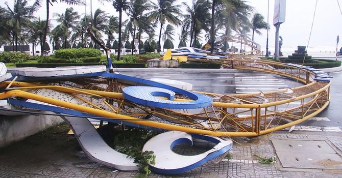 Gió giật sập cổng chào ở Đà Nẵng