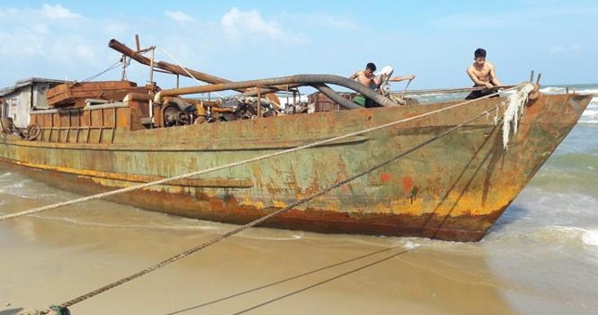 """""""Tàu ma"""" trôi dạt ở Quảng Nam, có """"mẩu giấy nhỏ ghi chữ Trung Quốc"""""""