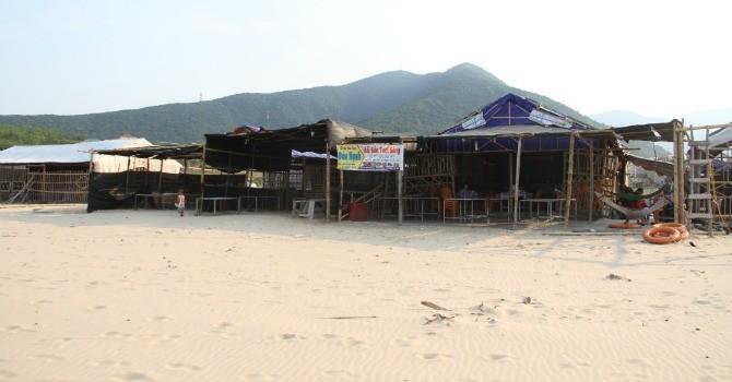 Hà Tĩnh: Hàng quán ven biển xác xơ, vắng hoe dù cận kề nghỉ lễ