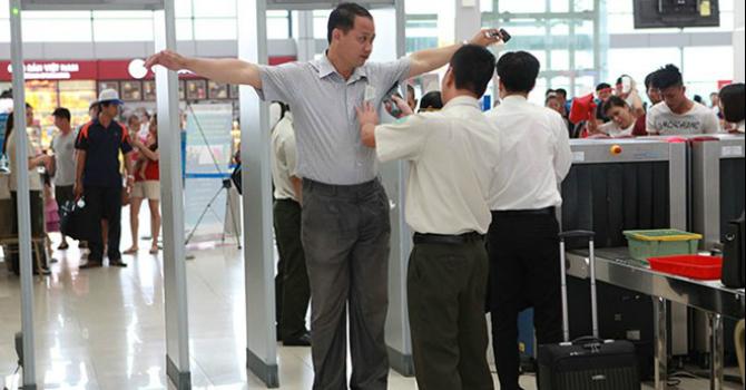 Hành khách phải tháo giày, cởi áo khoác để kiểm tra an ninh tại sân bay