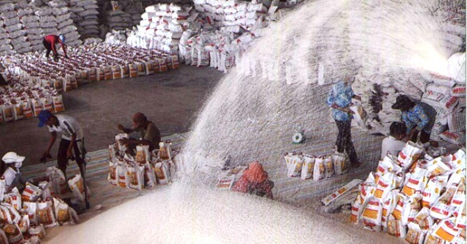 Bế tắc đầu ra, xuất khẩu gạo tụt dốc cả lượng lẫn giá