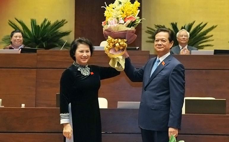 <p>Sau khi ông Nguyễn Tấn Dũng được miễn nhiệm, Chủ tịch Quốc hội Nguyễn Thị Kim Ngân đã tặng hoa và cảm ơn ông Nguyễn Tấn Dũng.</p>