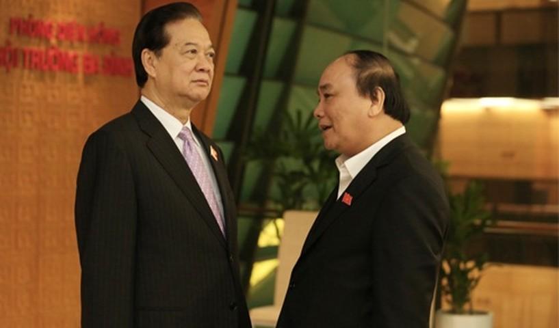 <p>Thủ tướng Nguyễn Tấn Dũng nói chuyện với Phó thủ tướng Nguyễn Xuân Phúc - ứng viên được giới thiệu chức Thủ tướng thay ông Dũng. </p><p> </p><p> </p><p>      Ông Nguyễn Tấn Dũng sinh ngày 17/11/1949.</p><p> Ông Dũng tham gia cách mạng từ năm 1961, 4 lần bị thương, là thương binh loại 2/4.</p><p> Ông là đại biểu Quốc hội 4 khoá liền, từ khoá 10 đến khoá 13, Ủy viên Trung ương Đảng từ khoá 6 đến khoá 11, Ủy viên Bộ Chính trị từ khoá 8 đến khoá 11.</p><p> Trước khi làm Thứ trưởng Bộ Công an (1/1995 – 5/1996), ông là Bí thư Tỉnh uỷ Kiên Giang.</p><p> Từ tháng 6/1996 đến 8/1997, ông là Ủy viên Bộ Chính trị và Ủy viên Thường vụ Bộ Chính trị, Trưởng ban Kinh tế Trung ương Đảng và phụ trách công tác Tài chính của Đảng.</p><p> Từ tháng 9/1997 đến tháng 6/2006, ông là Phó thủ tướng Thường trực Chính phủ, Ủy viên Bộ Chính trị, năm 1998-1999 kiêm nhiệm Thống đốc Ngân hàng Nhà nước Việt Nam - Bí thư Ban Cán sự Đảng Ngân hàng Nhà nước.</p><p> Từ tháng 7/2006 đến nay, ông Nguyễn Tấn Dũng là Thủ tướng Chính phủ - Ủy viên Bộ Chính trị, Bí thư Ban Cán sự Đảng Chính phủ.</p>